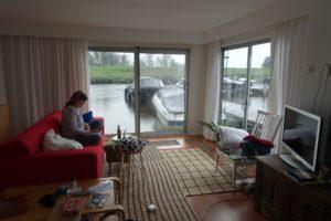 Amsterdam 2018 Hausboot Airbnb Wohnzimmer Wasser Boote